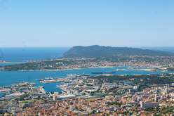 Toulon : come-hither appeal