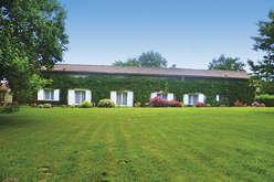 Charming residences on the right ba... - Theme_1983_2.jpg
